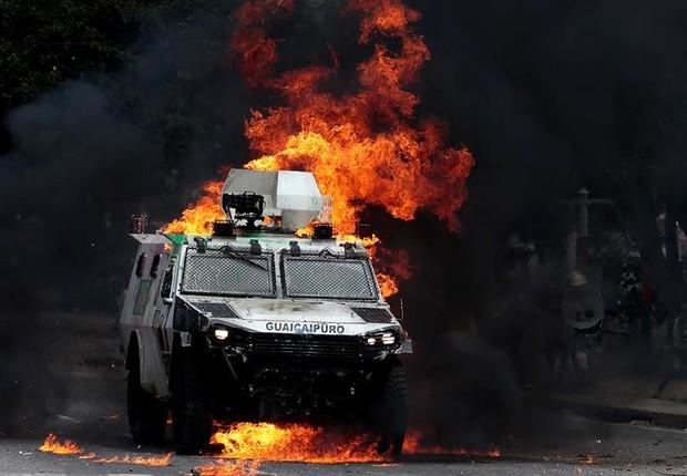 Manifestantes enfrentam agentes da Guarda Nacional na Venezuela em protesto contra o governo (Foto: Pascuale Giorgio/EFE)