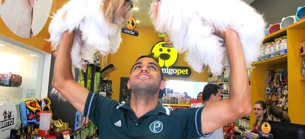 Alan Kardec exibe Mel (esquerda) e Branco (direita), cachorros mimados pelo atacante do Palmeiras (Foto: Marcelo Hazan)