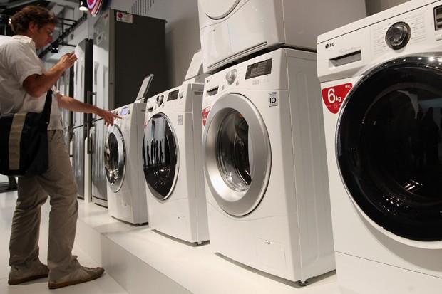 3d48be18cef Nunca lave seus tênis em máquinas de lavar  prefira um pano ou lenço  umedecido (