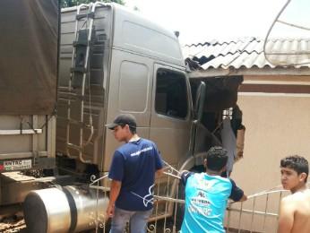 Morador só viu os estragos quando saiu para fora da casa (Foto: Claudemir de Oliveira Souza/VC no G1)