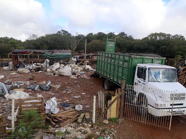 Invasão fica na Área de Proteção Ambiental do Rio Barigui, no bairro Tatuquara (Foto: Valdecir Galor / SMCS)