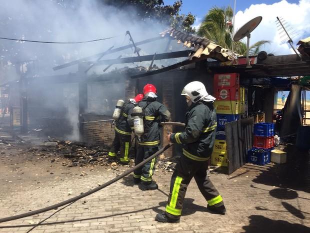Quiosque foi incendiado na manhã desta quinta-feira (1) na orla de João Pessoa (Foto: Walter Paparazzo/G1)