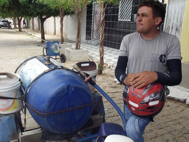 Aldo Dantas deixou de ser marceneiro para trabalhar como entregador de água em Carnaúba dos Dantas, RN (Foto: Anderson Barbosa/G1)