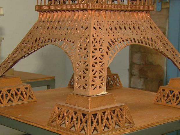 Réplica da Torre Eiffel de papelão demorou cerca de dois meses para ficar pronta (Foto: Reprodução EPTV)