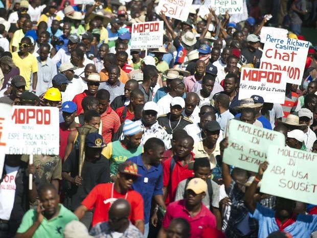 Manifestantes protestam contra suspeitas de corrupção do governo haitiano; polícia do Haiti e a ONU são responsáveis por cuidar da situação (Foto: HECTOR RETAMAL / AFP)