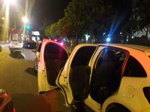 Carro branco onde estava a vítima foi usado pelos suspeitos do crime em Porto Alegre (Foto: Zete Padilha/RBS TV)