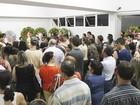 Alunos e familiares velam corpo de professor em cemitério de Goiânia