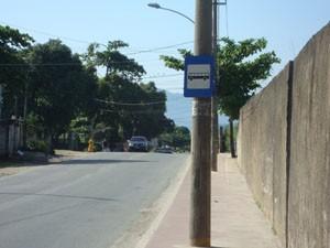 Postes ficam no meio da ciclovia em Santa Cruz. (Foto: Mariucha Machado/G1)