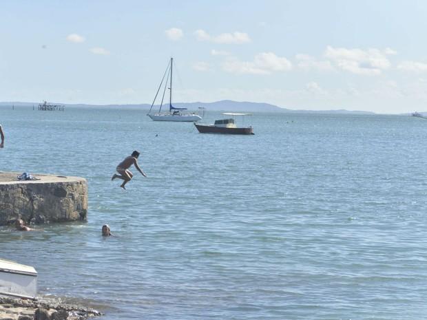 Banhistas usam ponte como trampolim para saltar no mar  (Foto: Josemar Pereira/Ag Haack)