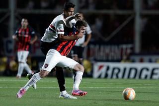 Julio Buffarini e Alan Kardec, San Lorenzo x São Paulo (Foto: AP)