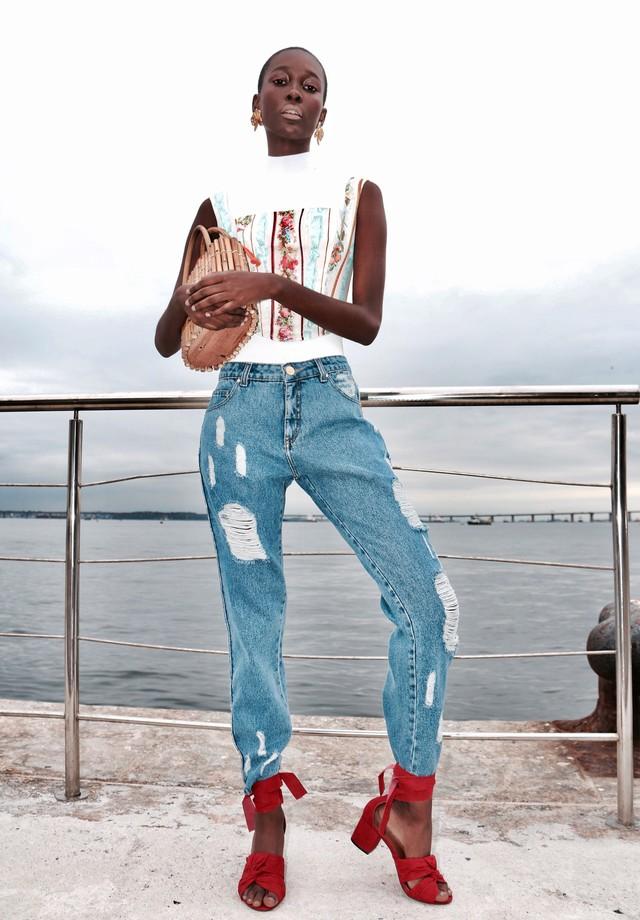 Body de gola alta da Haight, corpete e jeans da The Paradise, brincos Nadia Gimenes, bolsa Glorinha Paranaguá e sandália Manolita (Foto: Aderbal Freire)