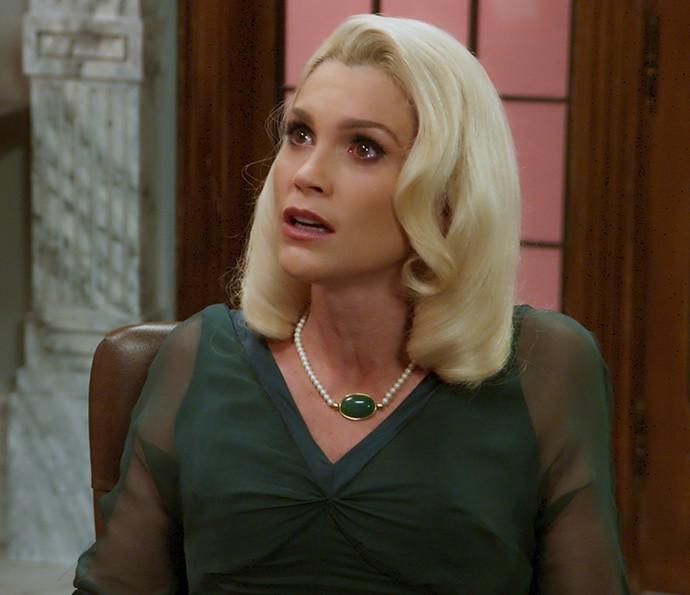 Sandra fica chocada com o teor do testamento de Anastácia (Foto: TV Globo)