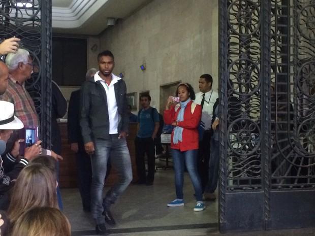 Luiz Antônio deixa a Delegacia de Repressão às Ações Criminosas Organizadas (Draco) (Foto: Gabriel Barreira/G1)