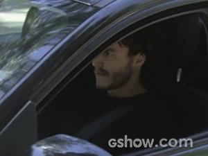 É o mesmo motoqueiro que a sequestrou (Foto: Malhação / TV Globo)