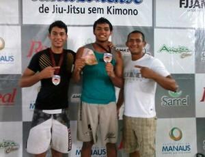 Tácio Marcos e Hiago Derzi, com o mestre da Associação Extremo Norte, André Fabiano, no Campeonato Amazonense de Jiu-jitsu Sem Kimono (Foto: Arquivo Pessoal)