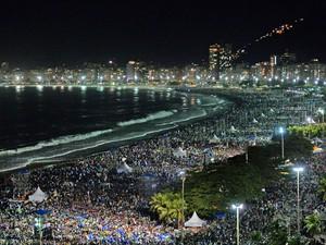 27/7 - Multidão lota a praia de Copacabana a noite (Foto: Vanderlei Almeida/AFP)