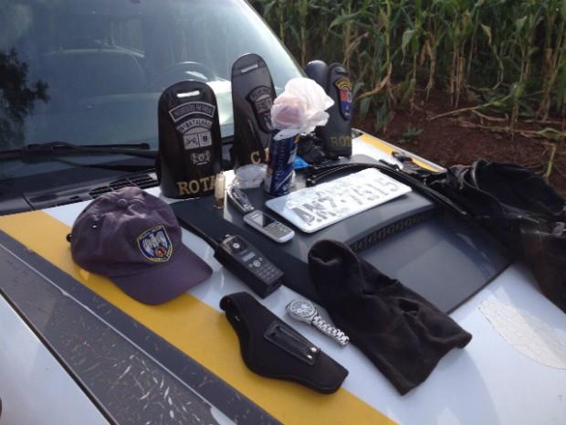 Polícia encontrou placas frias de automóveis, rádio comunicador, celulares e outros materiais (Foto: Alberto D'Angele/RPC)
