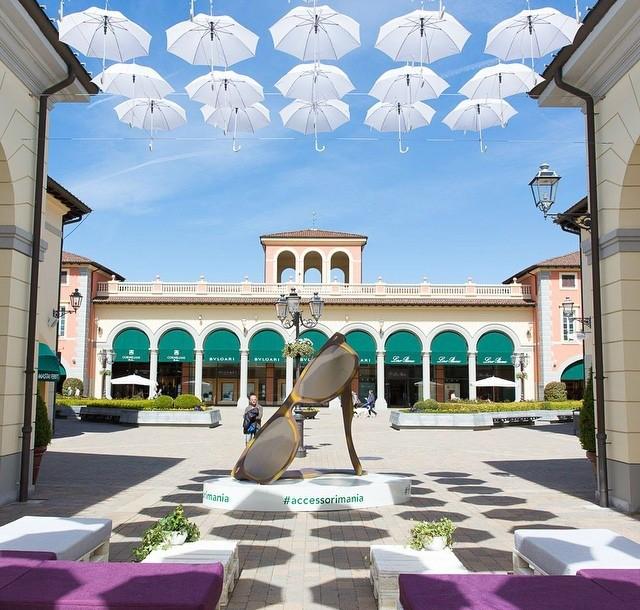 Marcas italianas como Dolce & Gabbana, Prada e Salvatore Ferragamo estão entre as lojas do Serravalle Outlet, em Milão (Foto: Divulgação)