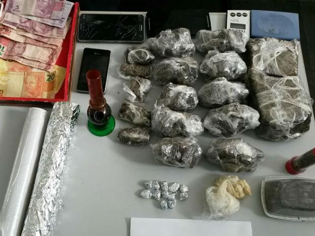 Polícia detém dupla com drogas e dinheiro em casa de Votorantim (Foto: Divulgação/ Polícia Civil)