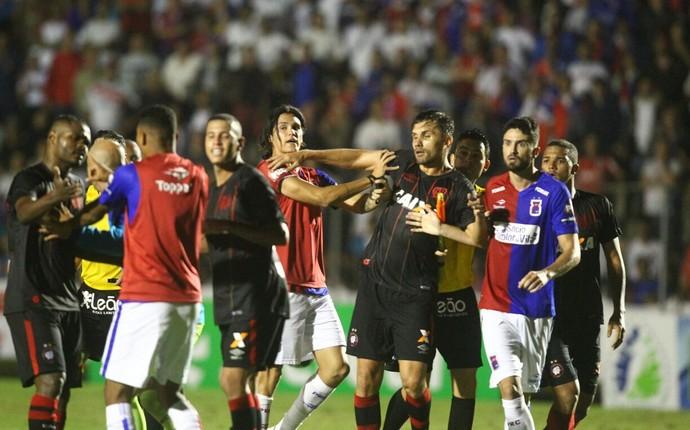 CONFUSÃO paraná x atlético-pr paranaense (Foto: Daniel Castellano/Gazeta do Povo)
