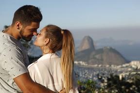 O casal de portugueses Daniel e Liliana posa para o EGO (Foto: Marcos Serra Lima / EGO)