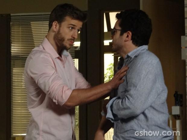Gabriel dá dura e bate em Felipe (Foto: Em Família/TV Globo)
