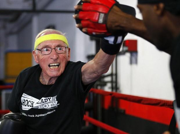 Ron Addison treina em academia na cidade de Costa Mesa, na Califórnia (Foto: Mike Blake/Reuters)