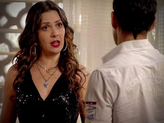 Olenka fica intrigada com a revelaçaõ do gari (Foto: Avenida Brasil/TV Globo)