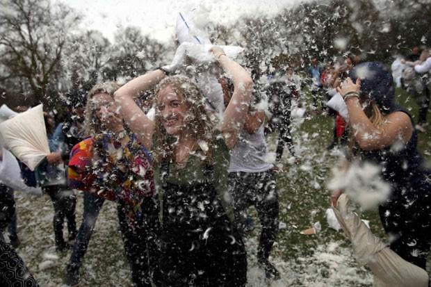 Participante durante guerra de travesseiros em Londres, na Inglaterra (Foto: Neil Hall/Reuters)