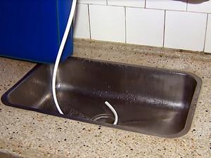 Pia improvisada para dar banho nas crianças do berçário (Foto: Ely Venâncio/EPTV)