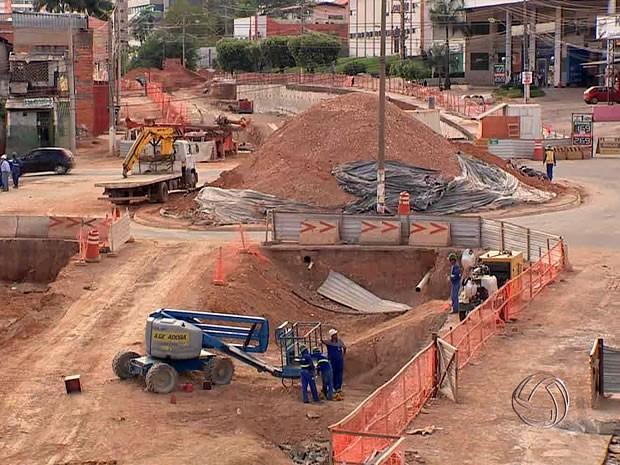 Atrasos apontados pelo TCE comprometem entrega de obras de mobilidade, do estádio, do VLT e do aeroporto. (Foto: Reprodução / TVCA)