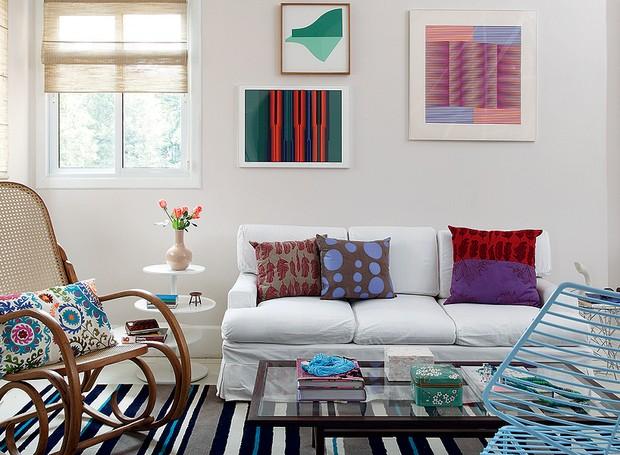 Não é preciso muito para ter uma sala bonita e gostosa. A designer de interiores Carol Ferreira apostou em móveis de herança de família e boa parte dos objetos foi garimpada em loja de usados (Foto: Evelyn Müller/Casa e Jardim)