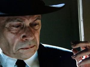 O coronel ouve tudo atrás da porta (Foto: Gabriela / TV Globo)