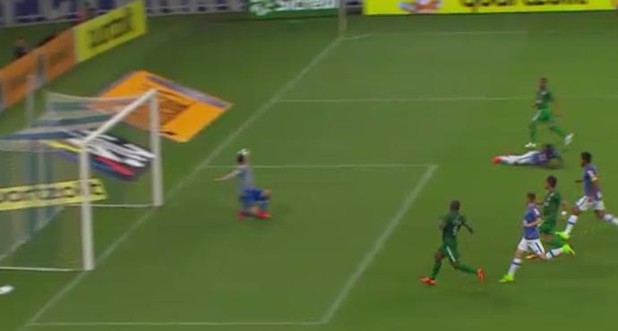 """Rafael, do Cruzeiro, faz bela defesa e leva como """"vilão"""" da rodada (Foto: Reprodução/SporTV)"""
