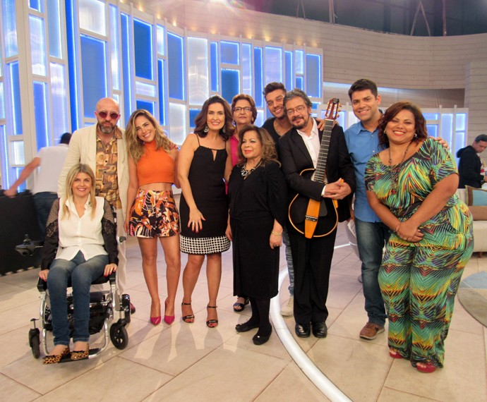Fátima posa ao lado de todos os convidados (Foto: Viviane Figueiredo Neto/Gshow)