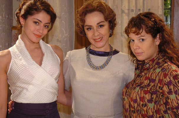 Ruth (Carol Castro) e Carola (Fernanda Souza) são filhas de Lia (Nívea Maria) (Foto: Divulgação/ TV Globo)