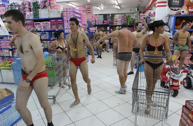 Dezenas de pessoas usaram apenas roupa íntima para aproveitar no domingo (2) uma promoção de uma loja em Ciudad del Este, no Paraguai.  (Foto: Jose Espinola/AFP)