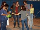 Cauã Reymond grava minissérie em casa de massagem no Rio