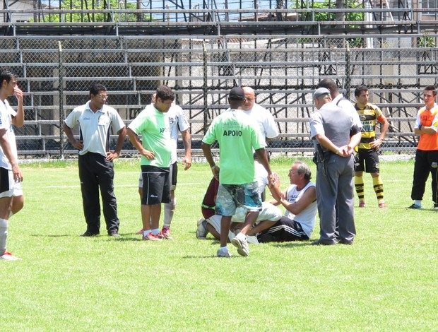 Diretor do São Vicente senta na marca do pênalti para evitar cobranç (Foto: Fúlvio Feola)