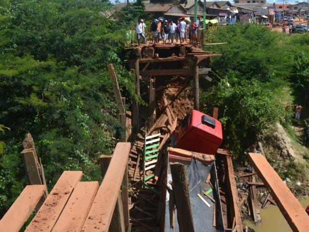 Ponte que liga Plácido de Castro à Bolívia desaba com carreta (Foto: Beto Faustino/ Arquivo pessoal)