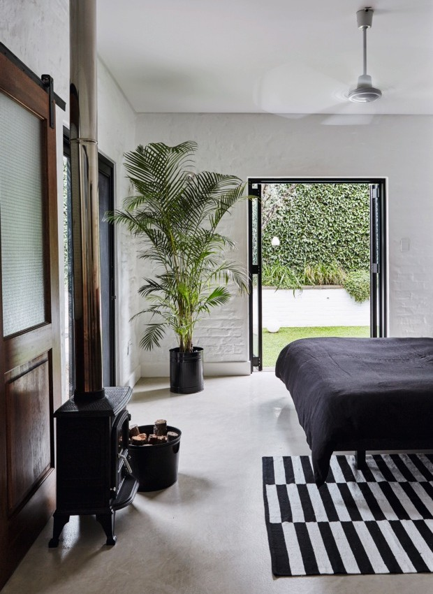 Quarto pincipal. Os criados-mudos de cimento foram feitos por Christo. A roupa de cama preta é de uma nova coleção da designer de moda Karen TerMorshuizen (Foto: Greg Cox / Bureaux.CO.ZA)