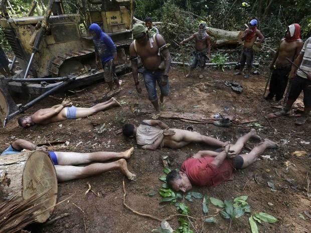 Imagens divulgadas nesta quinta-feira (4) pela agência Reuters mostram índios da etnia Ka'apor em operação realizada por eles contra madeireiros que agiam no interior da Terra Indígena Alto Turiaçu, nas proximidades de Centro do Guilherme (Foto: Lunaé Parracho/Reuters)