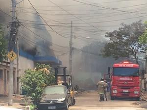 Parede do supermercado desabou após incêndio (Foto: Cristiane Cardoso/G1)