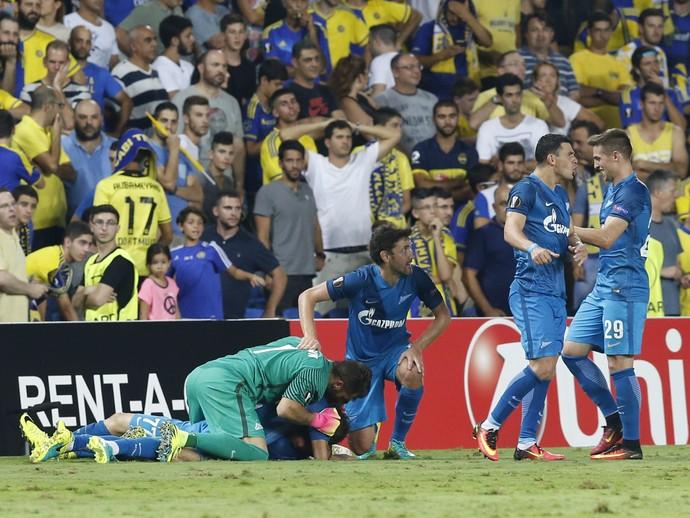Jogadores do Zenit comemoram gol diante da torcida do Maccabi Tel Aviv (Foto: AP Photo/Ariel Schalit)
