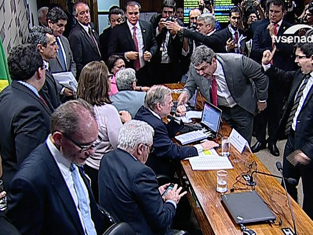 Bate-boca entre senadores durante discussão da reforma trabalhista
