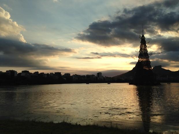 Árvore da Lagoa na véspera da inauguração encantou visitantes mesmo desligada (Foto: Gabriel Barreira/G1)