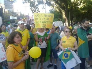 Manifestantes se reuniram na praça coronel Pedro Osório em Pelotas, no Sul do RS (Foto: Pierre Schlee/RBS TV)