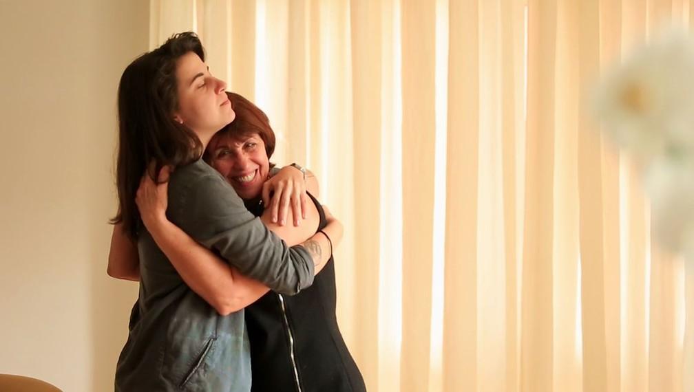 A educadora Sheila Gutierrez Damazo abraça a filha, a estudante Mikhaila Copello. (Foto: Marcos Serra Lima/G1)