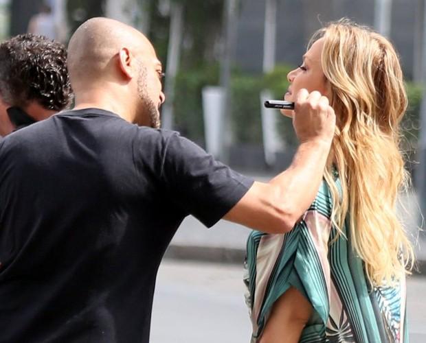 Eliana retoca maquiagem (Foto: André Freitas e Delson Silva/AgNews)