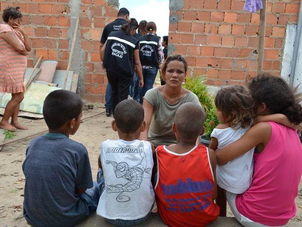 """""""Só Deus e minha mãe para me ajudar a cuidar das crianças"""", afirma Débora após despejo (Foto: Marina Fontenele/G1)"""